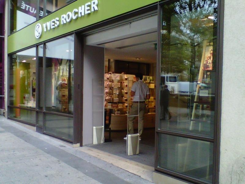 Biddle air curtain installed at Yves Rocher